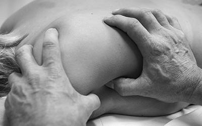 Hænder der udfører body sds behandling